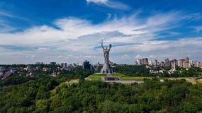 Vista superior aérea del monumento de la estatua de la patria de Kiev en las colinas desde arriba y el paisaje urbano, Kyiv, Ucra imagenes de archivo