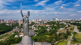 Vista superior aérea del monumento de la estatua de la patria de Kiev en las colinas desde arriba y el paisaje urbano, Kyiv, Ucra fotografía de archivo