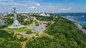 Vista superior aérea del monumento de la estatua de la patria de Kiev en las colinas desde arriba y el paisaje urbano, Kyiv, Ucra imágenes de archivo libres de regalías