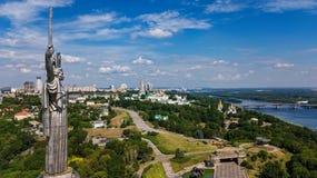 Vista superior aérea del monumento de la estatua de la patria de Kiev en las colinas desde arriba y el paisaje urbano, Kyiv, Ucra fotos de archivo