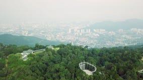 Vista superior aérea del parque del hábitat en la colina de Penang en Malasia con Georgetown en el fondo almacen de metraje de vídeo