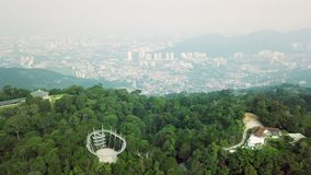 Vista superior aérea del parque del hábitat en la colina de Penang en Malasia con Georgetown en el fondo almacen de video