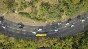 Vista superior aérea del tráfico de automóvil del camino de muchos coches, concepto del transporte almacen de video