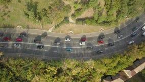 Vista superior aérea del tráfico de automóvil del camino de muchos coches, concepto del transporte almacen de metraje de vídeo