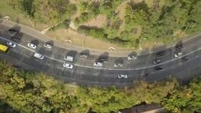 Vista superior aérea del tráfico de automóvil del camino de muchos coches, concepto del transporte Tirado en Kyiv, Ucrania metrajes
