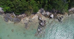 A vista superior aérea do mar acena batendo rochas na praia em Phuket video estoque