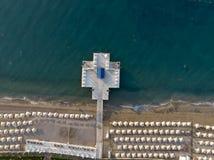 Vista superior aérea na praia Manhã das horas de verão Imagem de Stock Royalty Free
