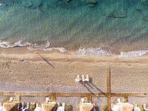 Vista superior aérea na praia Manhã das horas de verão Fotos de Stock Royalty Free