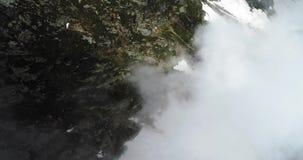Vista superior aérea aérea sobre a montanha nevado rochosa nebulosa no dia ensolarado com nuvens Montanhas italianas dos cumes no video estoque