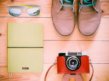 A vista superior ajustou-se com câmera velha, botas, óculos de sol imagens de stock royalty free