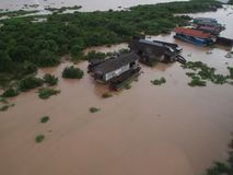 Vista superior - al pueblo en el agua en Asia imagen de archivo