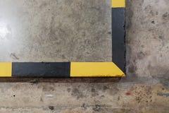 Vista superior amarela e linhas pretas que advertem para pavimentar ao nível fotografia de stock royalty free