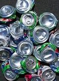 Vista superior amplia de una pila de latas de soda machacadas Foto de archivo libre de regalías