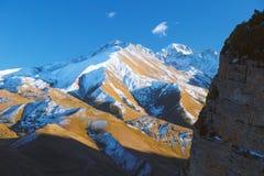 Vista superior ao pico de montanhas caucasiano no dia ensolarado Fotos de Stock Royalty Free
