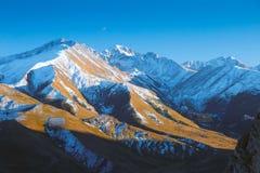 Vista superior ao pico de montanhas caucasiano no dia ensolarado Fotografia de Stock Royalty Free