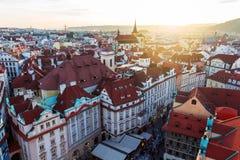 A vista superior ao vermelho telha a skyline da república checa da cidade de Praga Foto de Stock