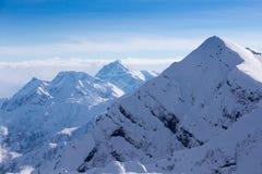 Vista superior aos picos de montanhas caucasianos cobertos pela neve Imagem de Stock Royalty Free