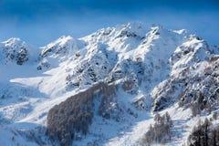 Vista superior aos picos de montanhas caucasianos cobertos pela neve Imagens de Stock