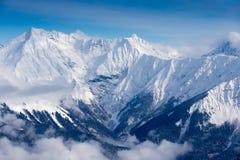 Vista superior aos picos de montanhas caucasianos cobertos pela neve Fotografia de Stock Royalty Free