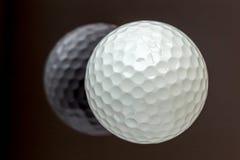 A vista superior a bola de golfe branca nova com a reflexão, ostenta concentrado Fotos de Stock Royalty Free
