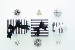 Vista superior Caixas de presente preto e branco em um fundo branco Foto de Stock
