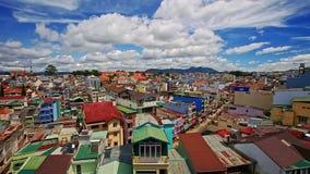 Vista superior cercana de los tejados vietnamitas de la ciudad de vacaciones almacen de video