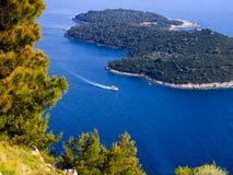 Vista superior colorida del mar Mediterráneo, de la isla, y del yate fotos de archivo libres de regalías