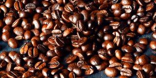 Vista superior com os feijões de café roasted no fundo escuro da tabela, espaço da cópia Imagens de Stock Royalty Free