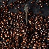 Vista superior com os feijões de café roasted no fundo escuro da tabela, espaço da cópia Imagem de Stock Royalty Free