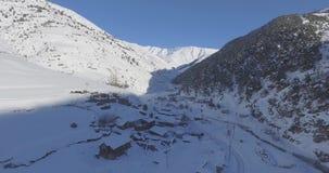 Vista superior da aldeia da montanha no inverno filme
