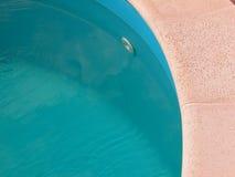 Vista superior da borda azul da água e da pedra da associação Imagem de Stock