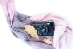 Vista superior da câmera, do lenço e das folhas velhos do vintage na tabela branca Local de trabalho do projeto gráfico do concei imagem de stock