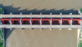 Vista superior da câmera do zangão: Vertedouro de uma hidro represa elétrica Ambiente da represa fotografia de stock royalty free