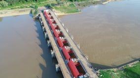 Vista superior da câmera do zangão: Vertedouro de uma hidro represa elétrica Ambiente da represa imagens de stock royalty free