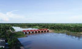 Vista superior da câmera do zangão: Vertedouro de uma hidro represa elétrica Ambiente da represa foto de stock
