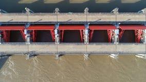 Vista superior da câmera do zangão: Vertedouro de uma hidro represa elétrica Ambiente da represa imagem de stock