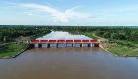 Vista superior da câmera do zangão: Vertedouro de uma hidro represa elétrica Ambiente da represa fotos de stock