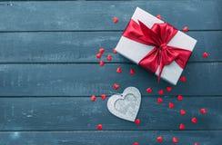 Vista superior da caixa de presente com e de decorações vermelhas dos corações no dia de Valentim Fotos de Stock