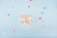 Vista superior da caixa de presente com o modelo da fita e dos confetes Fotos de Stock Royalty Free