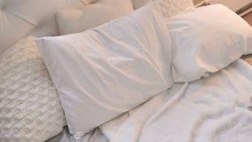Vista superior da cama com descansos filme