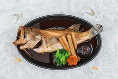 Vista superior da caranga fritada com rabanete, cenoura, shiitake e soma choy na placa quente no papel japonês do washi Fotos de Stock Royalty Free