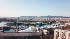 Vista superior da cidade com a baía e os iate estoque Vista aérea bonita do porto da cidade Vista aérea dos iate brancos e video estoque