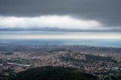 Vista superior da cidade de Barcelona e do mar do templo do coração sagrado de Jesus Imagens de Stock Royalty Free