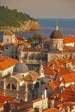 Vista superior da cidade velha de Dubrovnik com o mar de adriático no fundo imagem de stock