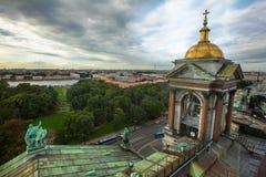 Vista superior da colunata da catedral de StIsaac Imagens de Stock