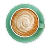 Vista superior da espuma quente da espiral da arte do latte do cappuccino do café no copo da cor do jade isolado no fundo branco, imagens de stock