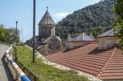 Vista superior da estrada aos telhados e à abóbada novos da igreja da mãe santamente Blessed do monastério de Haghartsin, na vila foto de stock royalty free