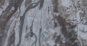 Vista superior da estrada da montanha no inverno vídeos de arquivo