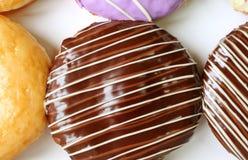 Vista superior da filhós vitrificada do chocolate mouthwatering fotos de stock royalty free