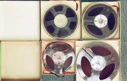 Vista superior da fita de gravação sonora velha, do tipo bobina a bobina e da caixa Fotografia de Stock Royalty Free